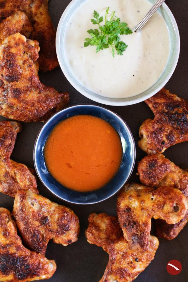 Rezept für geile Chicken Wings mit Blue Cheese Dip, original amerikanisch! Besonders knusprige Hähnchenflügel mit Käsedip und phänomenalem Trick für knusprige Geflügelhaut mit Backpulver. #rezepte #backofen #marinade #grillen #ofen #knusprig #dip #beilage #käsedip #bluecheese #nachos #einfach #selbermachen #pasta #pommes #burger #käsesauce #fingerfood #drumsticks #hähnchenkeulen #backen #backofen #foodblog #arthurstochterkochtdienewyorktimesleer