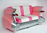sillon rosado hecho con parte de un auto
