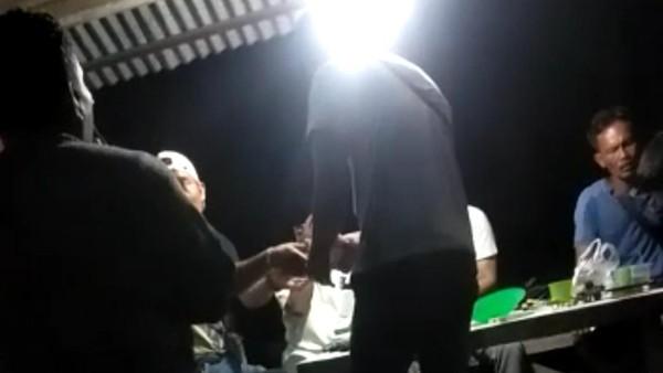 Beredar Video Bagi-bagi Uang Segepok Jelang PSU Pilkada Rohul