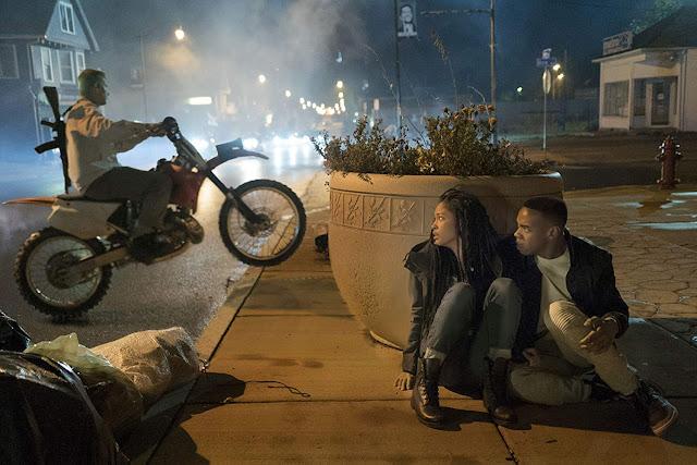 """Joivan Wade e Lex Scott Davis em cena do filme """"The First Purge"""" - Créditos: Universal Pictures"""