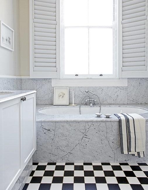 baño con zocalo de marmol chicanddeco