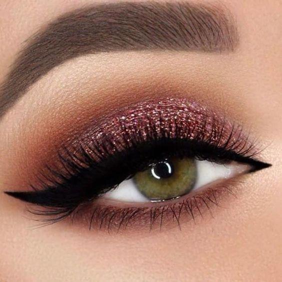 Uma boa maquiagem merece ter um pouco de briho, por isso, na hora de fazer a sua make coloque um pouco de brilho nela. Pois esse tipo de make é para quem realmente quer brilhar em qualquer ocasião. Valorizar o olhar é algo que deve ser feito na make, então sempre opte por cores que deixem os seus olhos brilhando. Confira as 10 tendências de maquiagens lindas e com brilho.