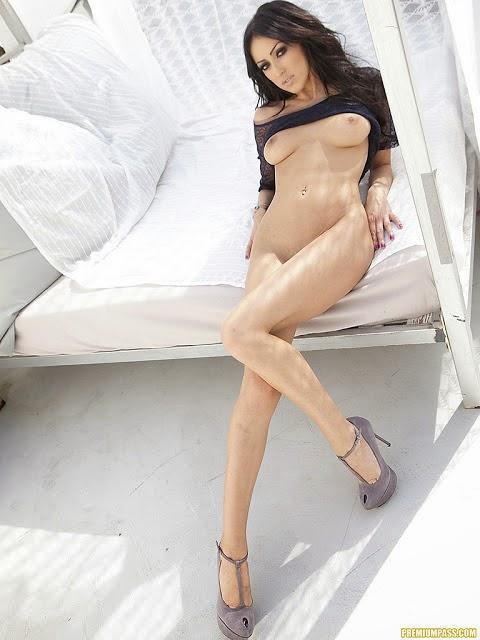 anna-benson-nude-galleries-girl-caught-toilet