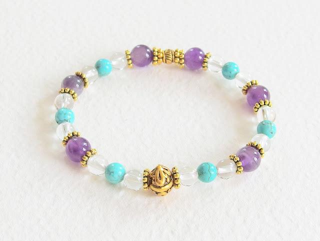 https://www.alittlemarket.com/bracelet/fr_bracelet_precieux_avec_pierres_de_gemme_perles_turquoise_cristal_de_roche_et_amethyste_violet_bleu_blanc_et_or_-16506496.html