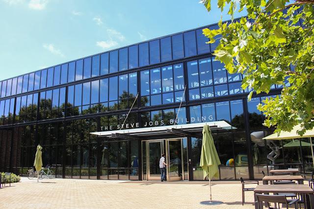La entrada al Steve Jobs Building, homenaje al que fuera presidente y máximo accionista de la compañía.
