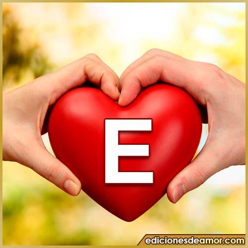 corazón entre manos con letra E