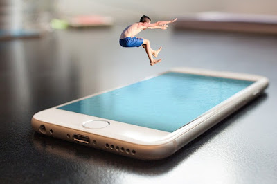 Hombre saltando dentro de un móvil