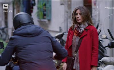 Mina Settembre con il suo cappotto rosso