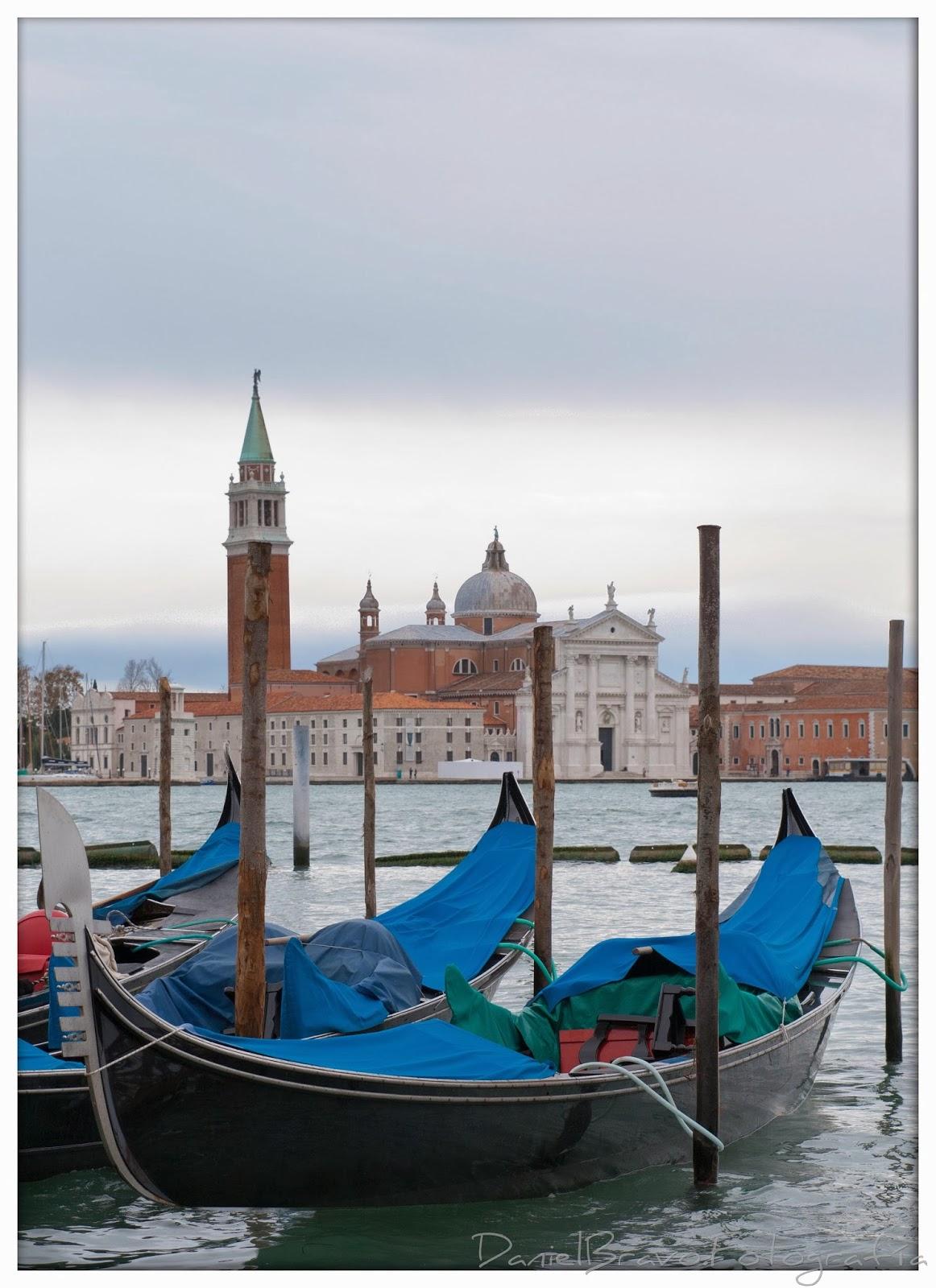 Góndolas y de fondo la iglesia de Redentor en Venecia