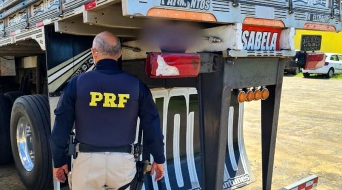 VÍDEO: PRF apreende caminhão com quase 2 metros de altura na traseira e outras diversas irregularidades