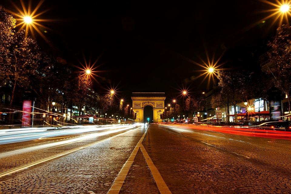 Visitar Paris Iluminada e luxuosa avenida Champs-Élysées.