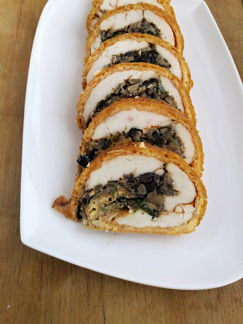 Rolada z kurczaka z serem i pieczarkami na obiad, przepis