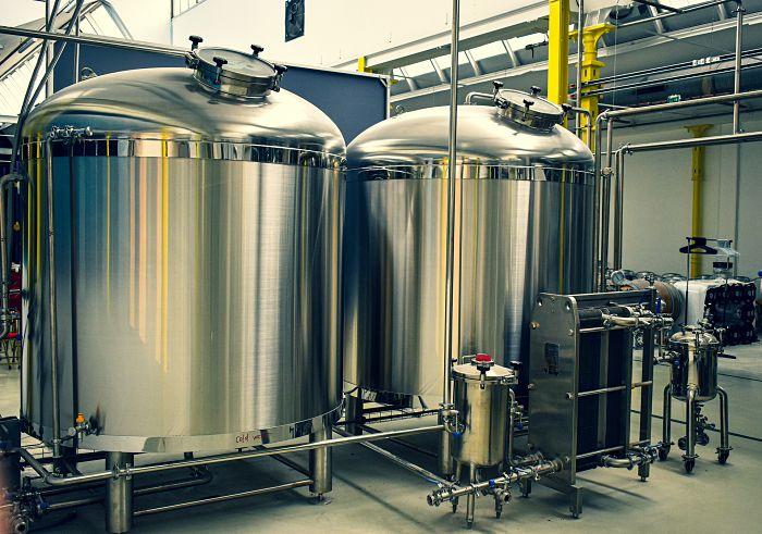 Tanques de fermentación del proceso de producción de cerveza