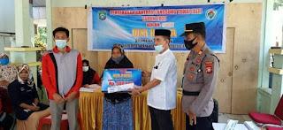 Kapolsek Labakkang Bersama Camat Pantau penyaluran Dana Desa(DD)di Baruga sayang Desa Batara