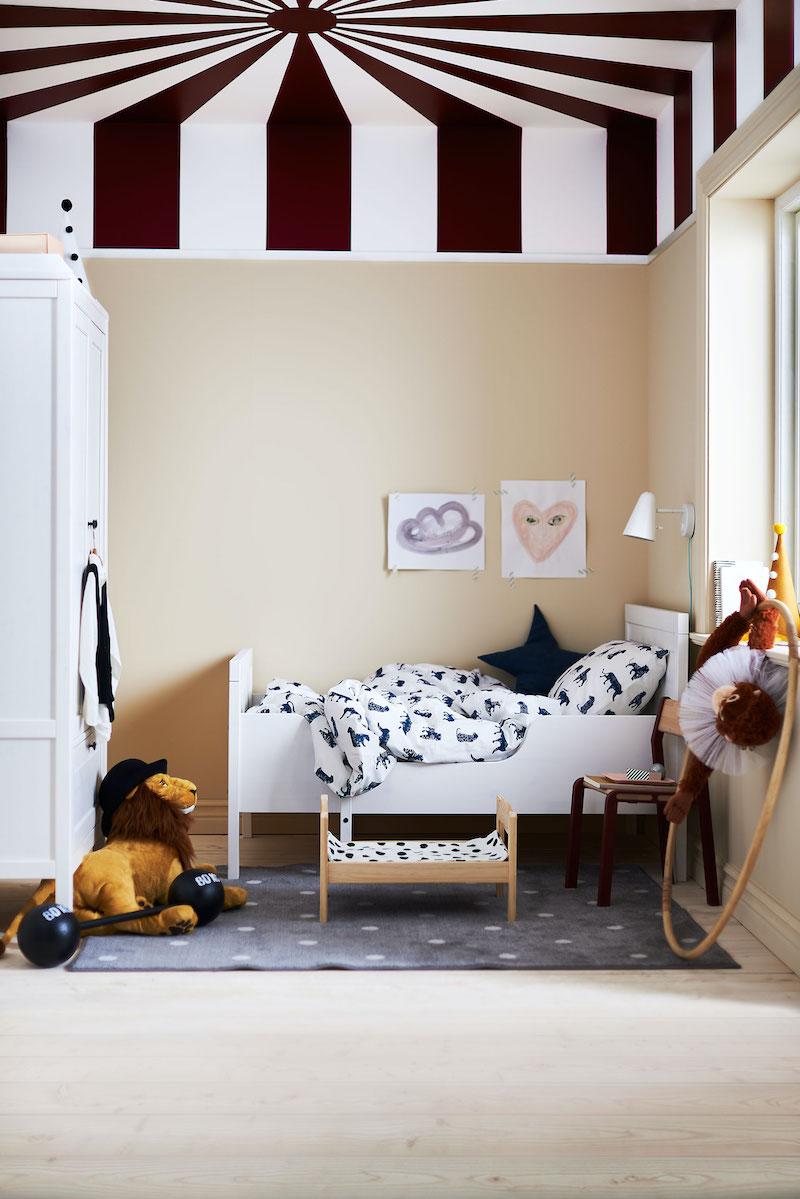 Dormitorio infantil con cama de madera.
