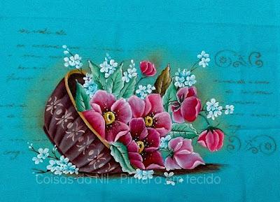 pano de copa azul com pintura de cachepo com flores e arabescos
