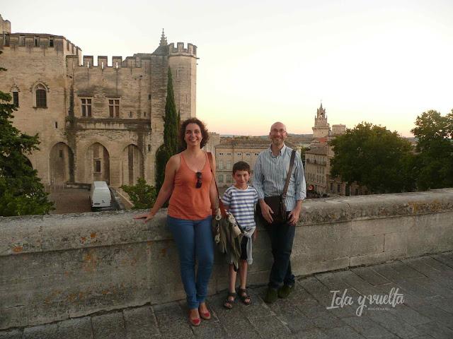 Posando con el Palacio de los Papas, la plaza y la Torre del Reloj.