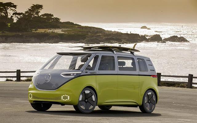 micro-bus Volkswagen I.D. Buzz verde limón y gris a orillas del mar