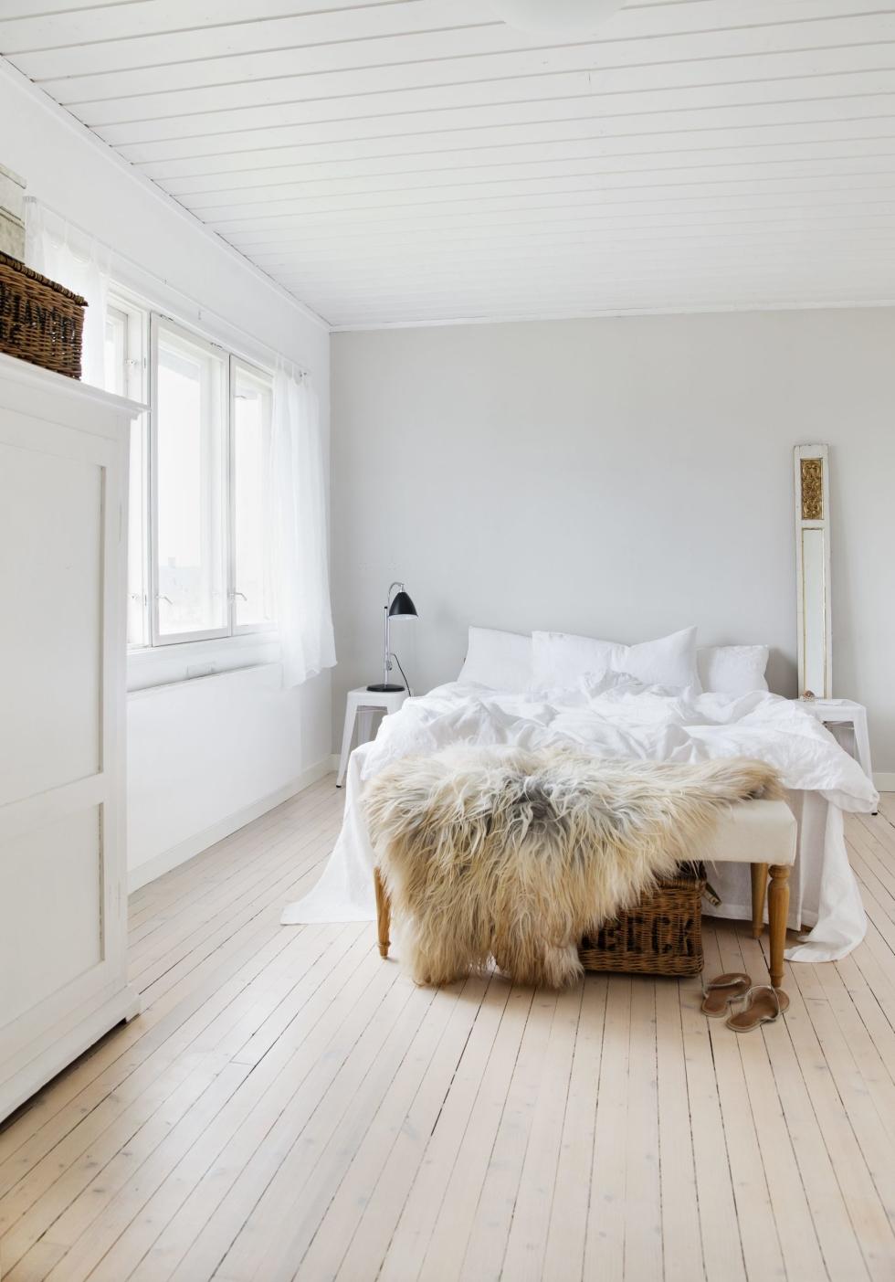 Dormitorio blanco de estilo nórdico con paleta de colores claros