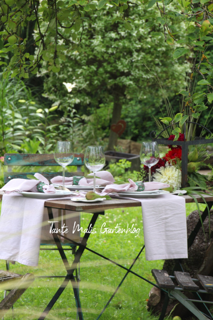Gedeckter Tisch im Garten Sommer
