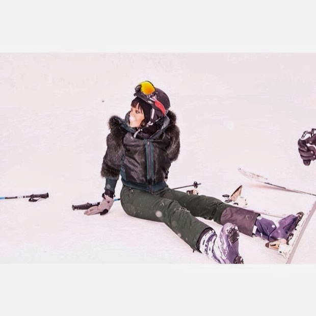 Rihanna laughs to slip into skiing