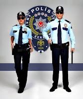Polis amblemi önünde gözlüklü bayan ve erkek polis memurları