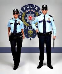 Polis amblemi önünde gözlüklü bayan polis ve eli silahında olan coblu erkek polis memurları
