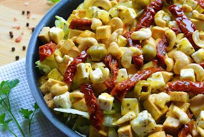 Sałatka z tofu, fetą i suszonymi pomidorami