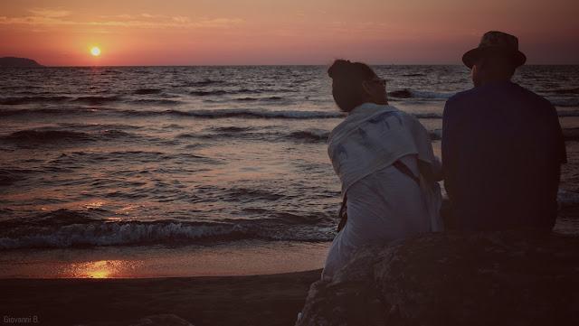 Coppia sulla spiaggia al tramonto