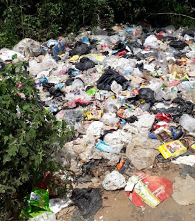 Sampah di Jalan Baru Sabak Timur Menumpuk dan Berserakan