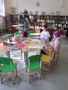 Библиотекарь знакомит детей с новинками