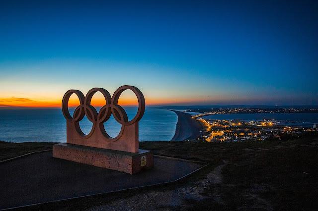 Anéis olímpicos em monumento