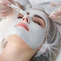 تقشير الوجه: لماذا هو أفضل عند طبيب الأمراض الجلدية