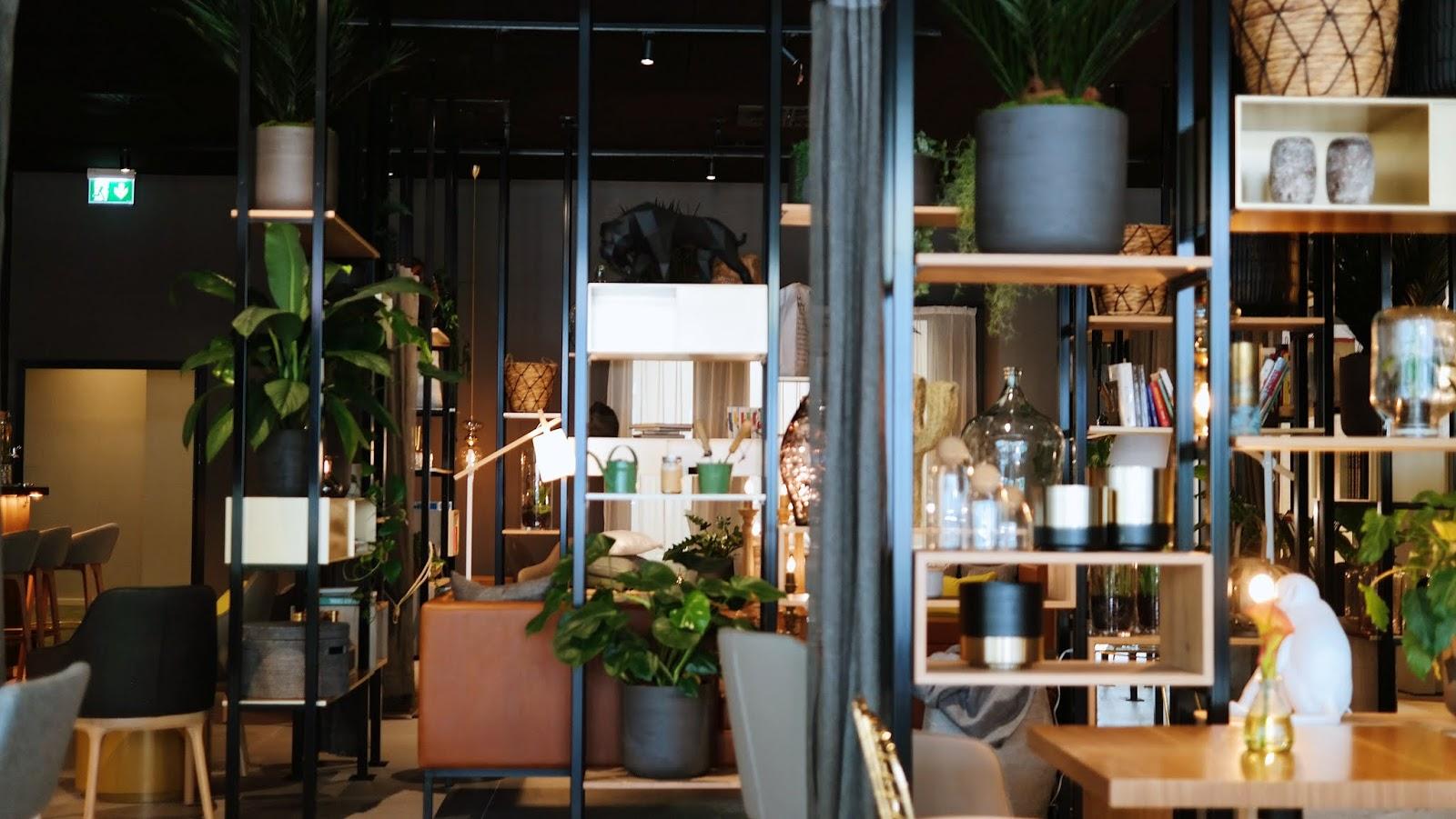 Das NinetyNine Hotel ist die Oase im Wuppertaler Großstadt-Dschungel. Nach zweijähriger Sanierungs- und Bauzeit eröffnet am 29. Juli 2019 das zweite Haus der Marke NinetyNine Hotels im pulsierenden Stadtteil Elberfeld. Die 99 ist tatsächlich Programm – in dem ehemaligen Bankgebäude wurden 99 Oasen in der Stadt untergebracht, die durch eine inspirierende Lobby im früheren Kundenzentrum erweitert werden. Erst vor gut sechs Wochen wurde das erste Hotel der neuen Marke in Heidelberg eröffnet. Schon jetzt gehört das Haus zu den besten Adressen in der Neckarstadt.