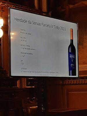 placar explicativo sobre um vinho