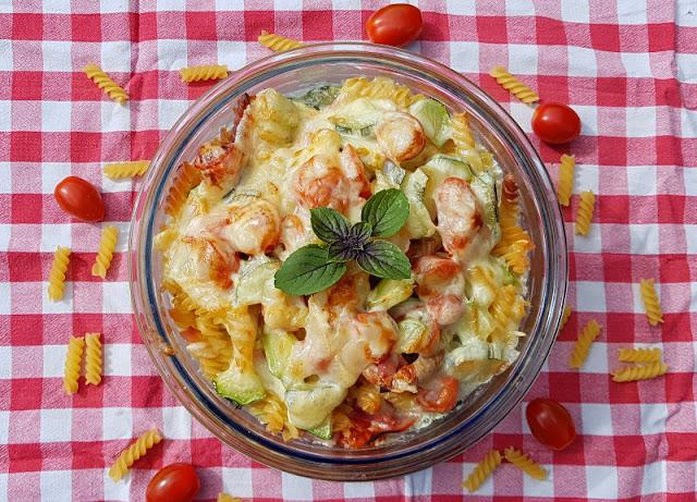 Rezept: Nudelauflauf ohne Vorkochen für Faule. Ihr wollt einen leckeren Auflauf mit Nudeln, dafür aber nichts vorher kochen oder anbraten? Das geht! Die Zubereitung für das leckere Pasta-Gericht sowie die Zutaten wie Tomaten und Zucchini verrate ich Euch auf Küstenkidsunterwegs.
