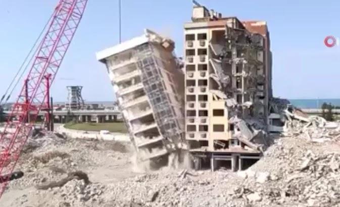 بالفيديو.. مشاهد مرعبة للحظة نجاة عامل من سقوط مبنى في تركيا