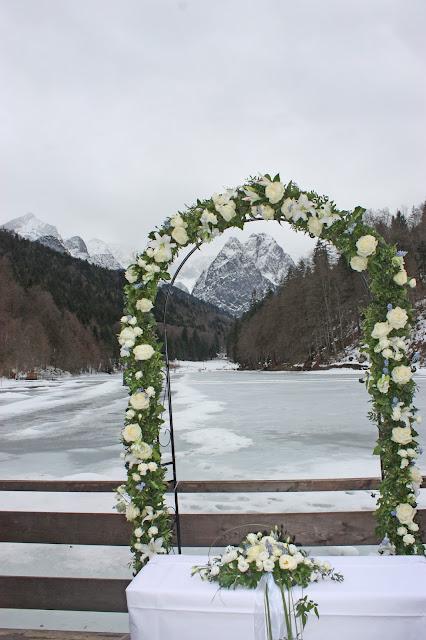 Zeremonie am See, Eisblau und Leuchtrot, Winterhochzeit in den Bergen von Bayern, Riessersee Hochzeitshotel Garmisch-Partenkirchen, Winter wedding in Bavaria, Germany
