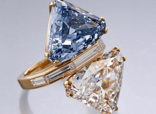 Anel com dois diamantes