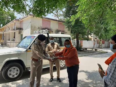 सीओ सिटी जालौन को सैनिटाइजर भेंट करते अरुण गुप्ता Arun Gupta presenting sanitizer to CO City Jalaun     रिपोर्ट-संजीव सिपौल्या                                          WWW.UPVIRAL24.IN      Report - Sanjeev Sipolya                                                           WWW.UPVIRAL24.IN