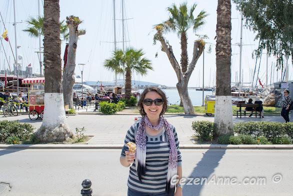 Bitez dondurmacısı'ndan dondurmamı almış sahilde yürüyorken