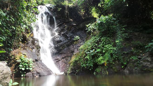 เป็นน้ำตกเล็กๆ น้ำเป็นสีครามไหลลงมาจากซอกหิน และบริเวณน้ำตกยังเต็มไปด้วยฝูงผีเสื้อและแมลงปอ ที่มีเยอะมากๆ