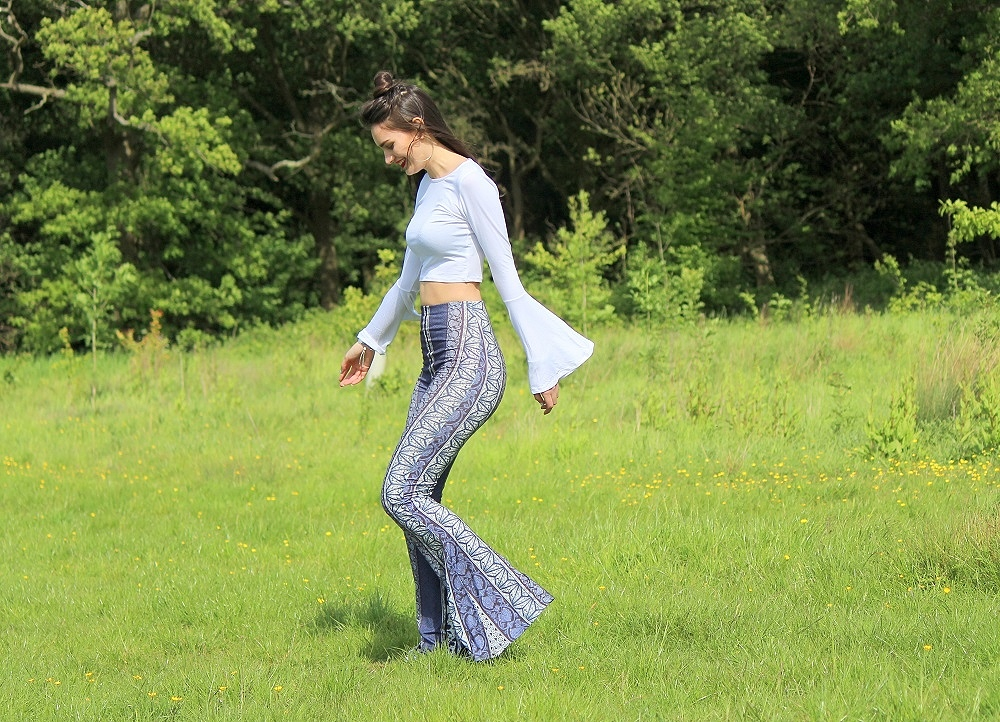 peexo-fashion-blogger-wearing-white-crop-top-with-bell-sleeves-and-boho-flares-festival-boho-lookbook