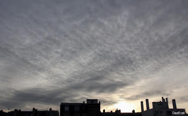 Ciel pommelé au-dessus de Paris