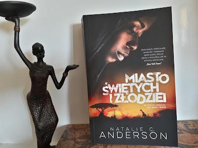 """Dwa oblicza Afryki, czyli recenzja powieści """"Miasto świętych i złodziei"""" Natalie C. Anderson."""