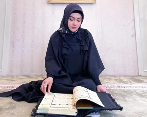 Jarang Muncul di Publik, Syahrini Ternyata Sudah Khatam Alquran di Hari ke 22 Ramadan