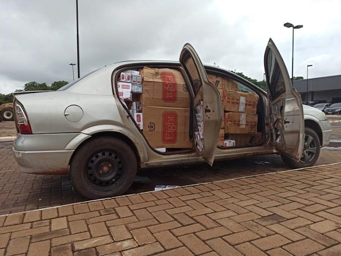 Dois veículos são apreendidos carregados com cigarros contrabandeados na região