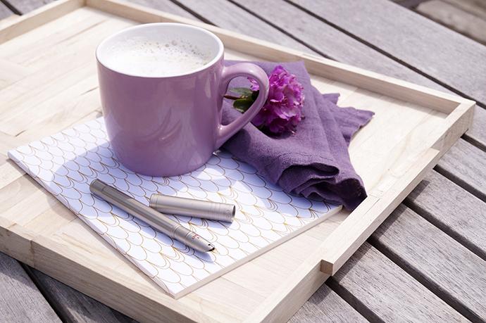 Holztablett mit Tasse, Serviette, Stift und Schreibheft