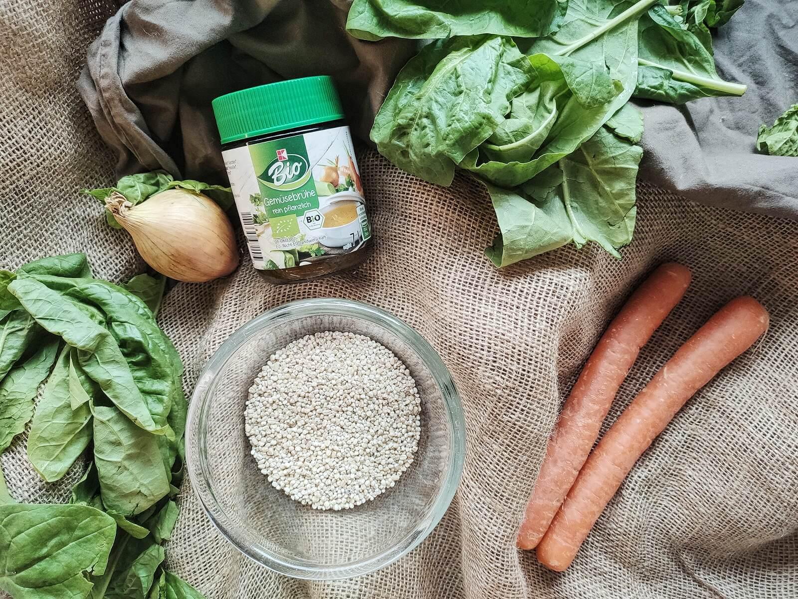 Ein leckeres Rezept aus wenigen, aber frischen Zutaten: Graupenrisotto mit Möhren und Babyspinat