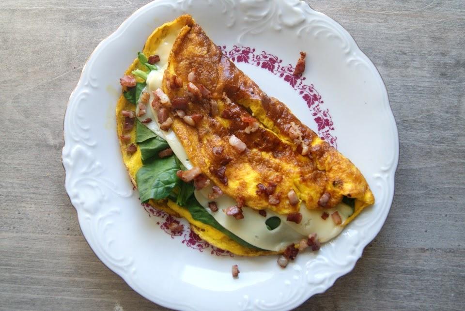 Omlet ze szpinakiem i serem, posypany chrupiącym boczkiem
